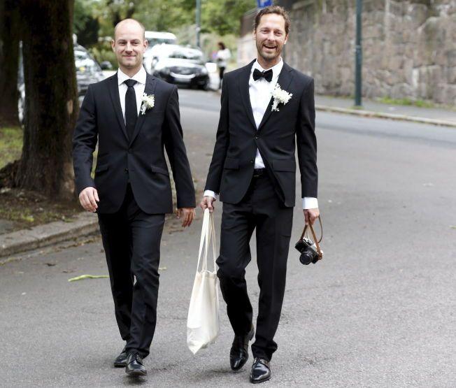 ROLIG, MEN SPENT: Trond Fausa Aurvåg og forloveren ankommer Gamle Aker kirke på St. Hanshaugen i Oslo.