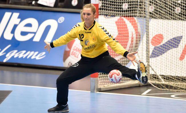 STOPPET ANGOLA: Her redder Alma Hasanic straffe fra Angolas Natalia Bernardo, men Larvik-keeperen måtte gi tapt på returen. Montenegro vant åttedelsfinalen enkelt og møter Norge onsdag.