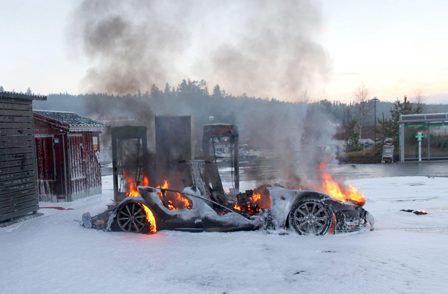 BRANT OPP: Denne Tesla Model S-en ble totalskadet etter at den begynte å brenne ved en ladestasjon på Brokelandsheia i Aust-Agder.