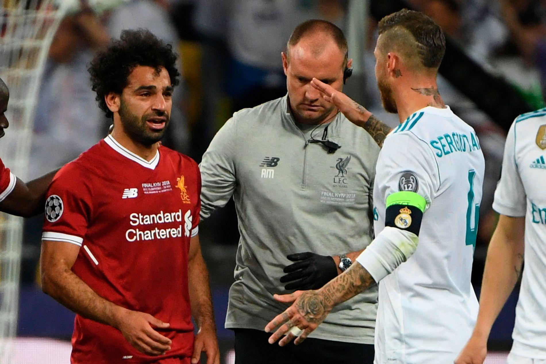 I TÅRER: Mohamed Salah ble byttet ut av Champions League-finalen i gråt etter duellen med Sergio Ramos.