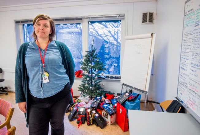 GIVERGLEDE: Mange har kommet med julegaver til beboerne på transittmottaket for mindreårige på Torshov i Oslo. Mottaksleder Jorid Bertelsen forbereder julefeiring.  Foto: HELGE MIKALSEN, VG