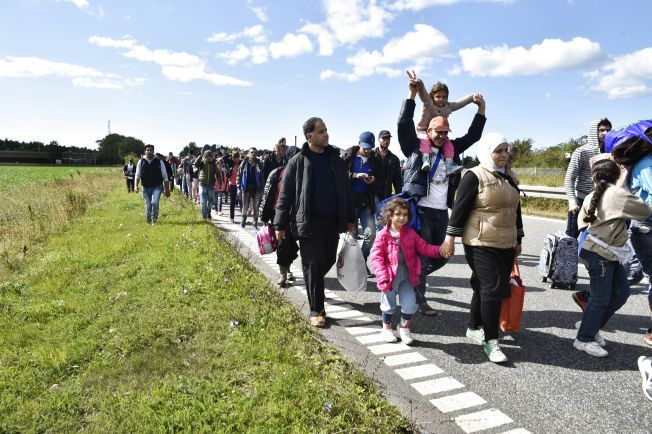 GIKK LANGS MOTORVEIEN: Syriske flyktninger gikk mandag langs motorveien i Danmark. Mange hadde Sverige som mål.