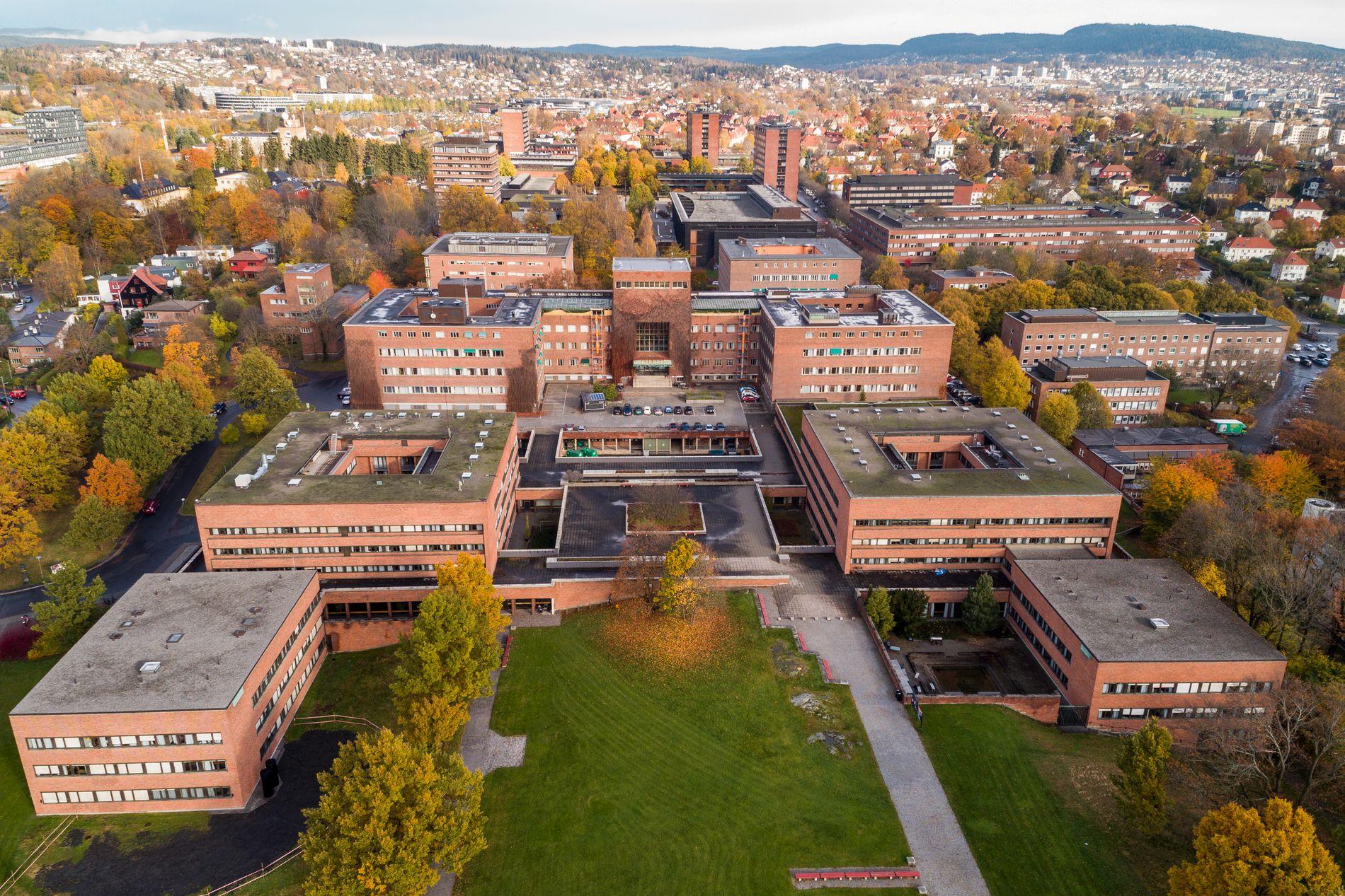 UNØDVENDIG? – Tar for mange unge mennesker høy utdanning, spør kronikkforfatteren. Foto fra Universitetet i Oslo på Blindern.