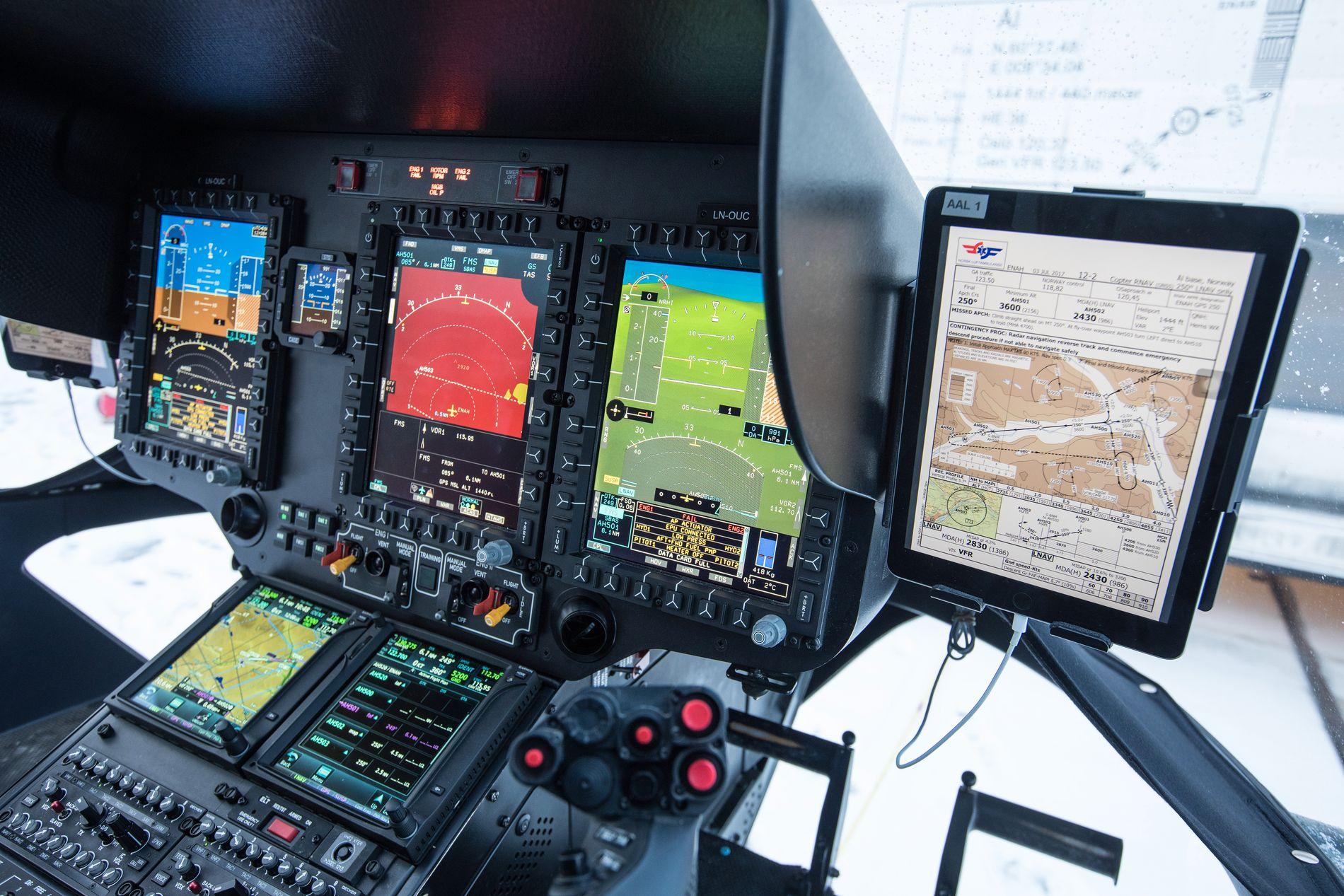 TIL NAVIGASJON: Flere av instrumentene inne i cockpit i helikoptrene til Norsk Luftambulanse er avhengig av GPS-signaler.