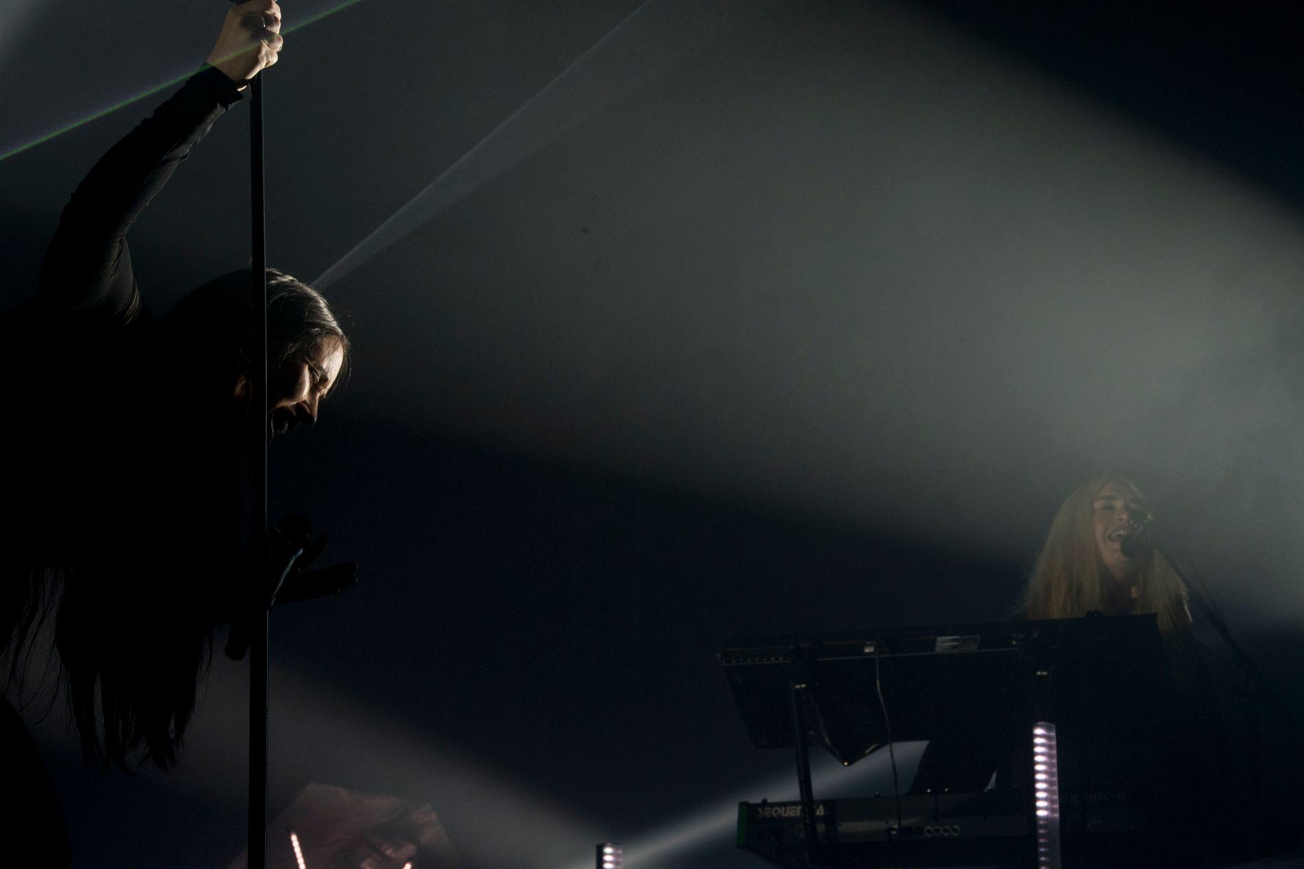 MØRKT: Ingrid Helene Håvik (t.v.) og Marte Eberson under deres siste konsert sammen, i Dødens Dal i Trondheim 12. oktober 2017.