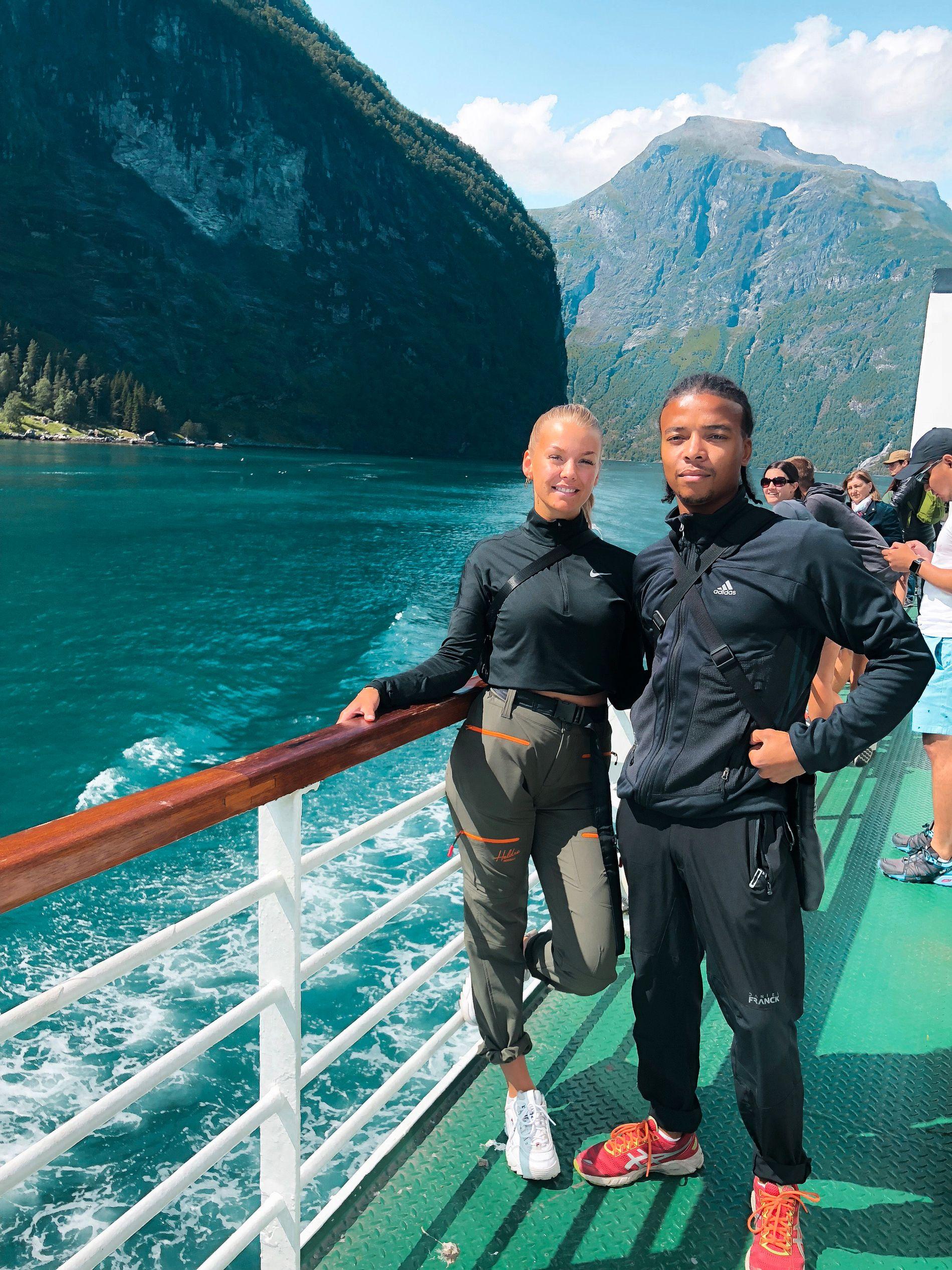 NORGESTUR: Kjæresteparet Hedda Halstvedt (23) og Johannes Unum (26) besøkte Haramsøy som en del av en ukelang bilferie langs Norges kyst.