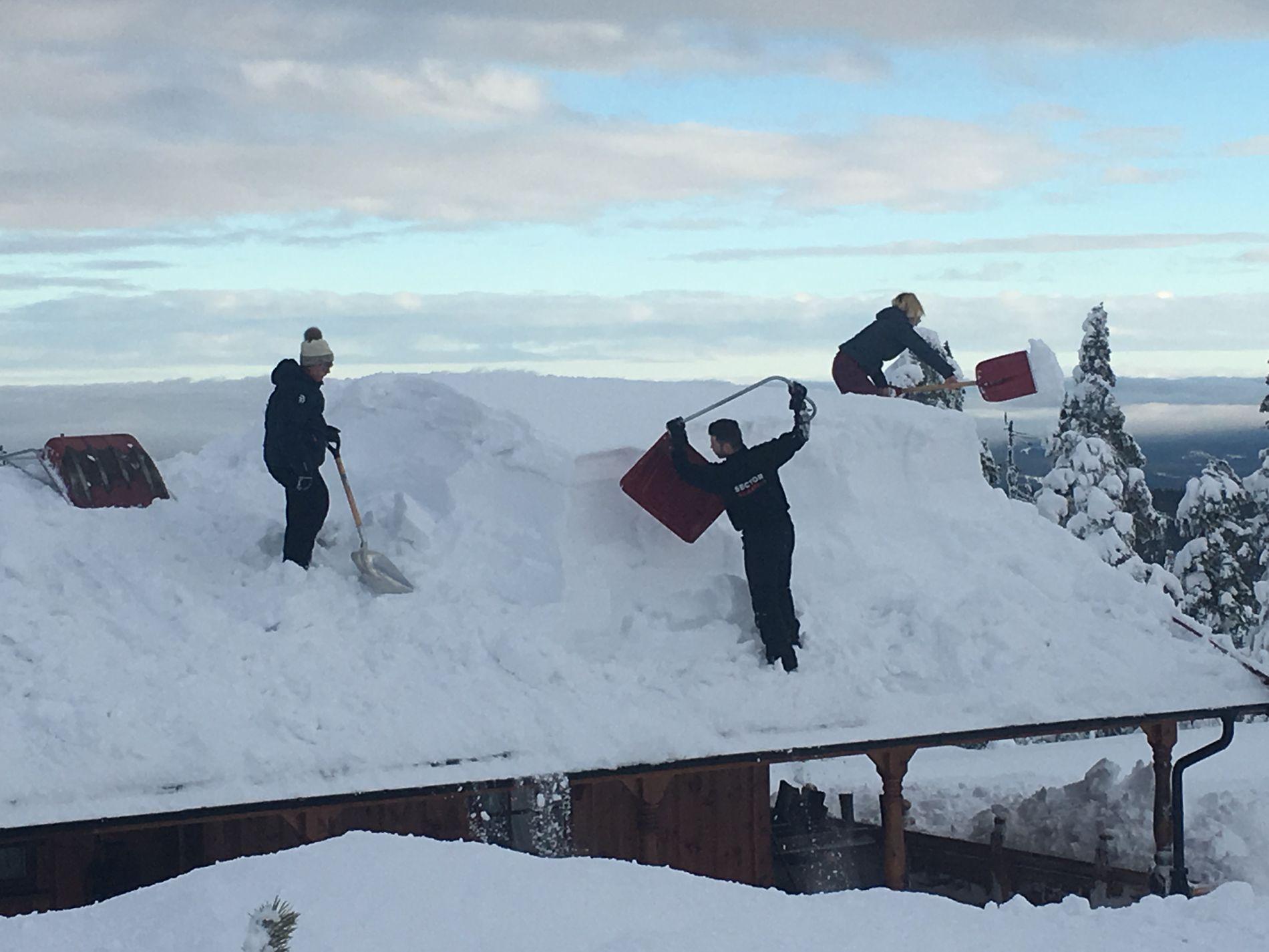 OVER EN METER SNØ: Det måtte flere personer til for å måke av all snøen på taket på hytta til Sigmund Stenby på Budor.