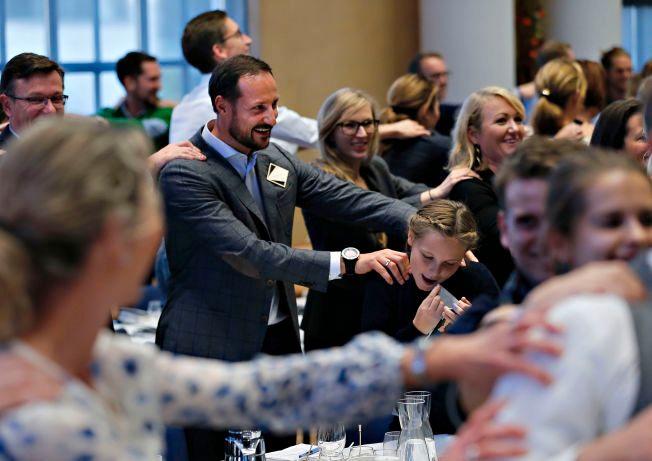 PAUSESTREKK: Møteleder Jenny Skavlan oppfordret til litt pausegymnastikk på lederkonferansen i går ettermiddag. Og kronprinsen og prinsesse Ingrid Alexandra tok oppfordringen.