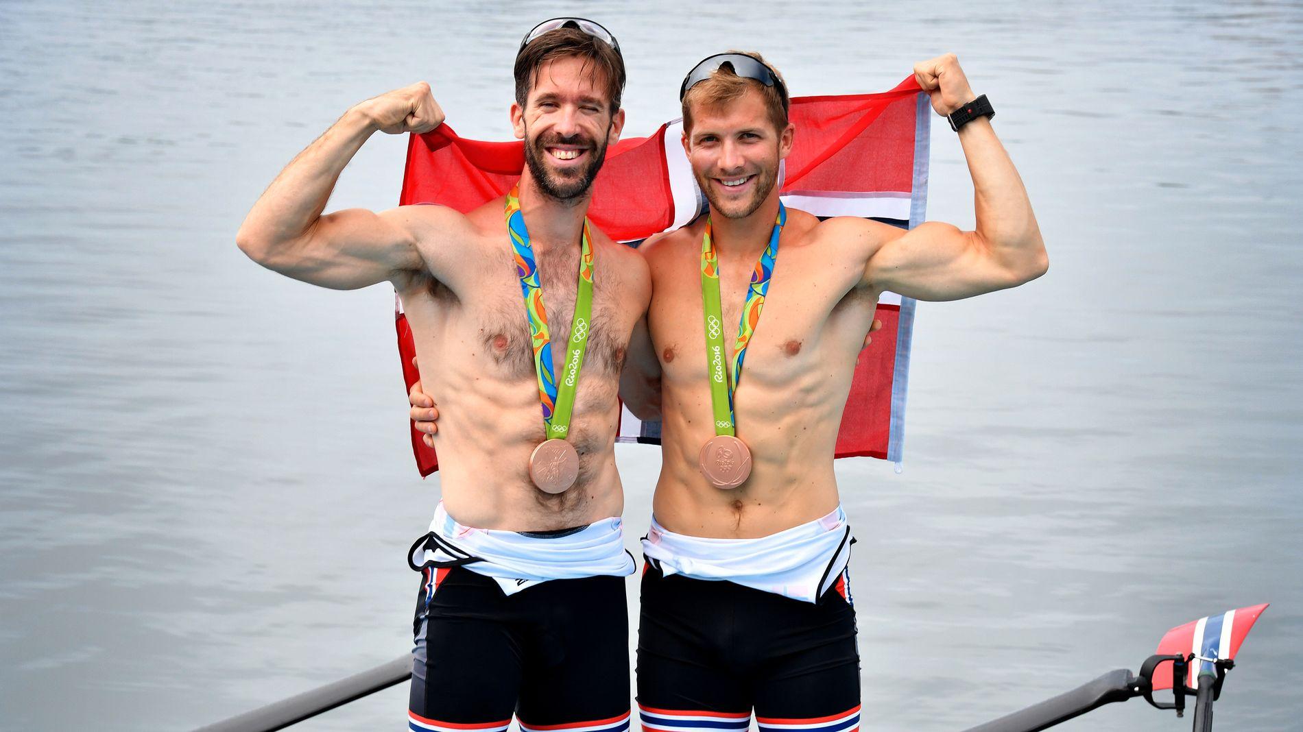 BRONSJE: Are Strandli (t.v) og Kristoffer Brun (t.h) heiser sammen det norske flagget etter bronsen under Rio-OL.