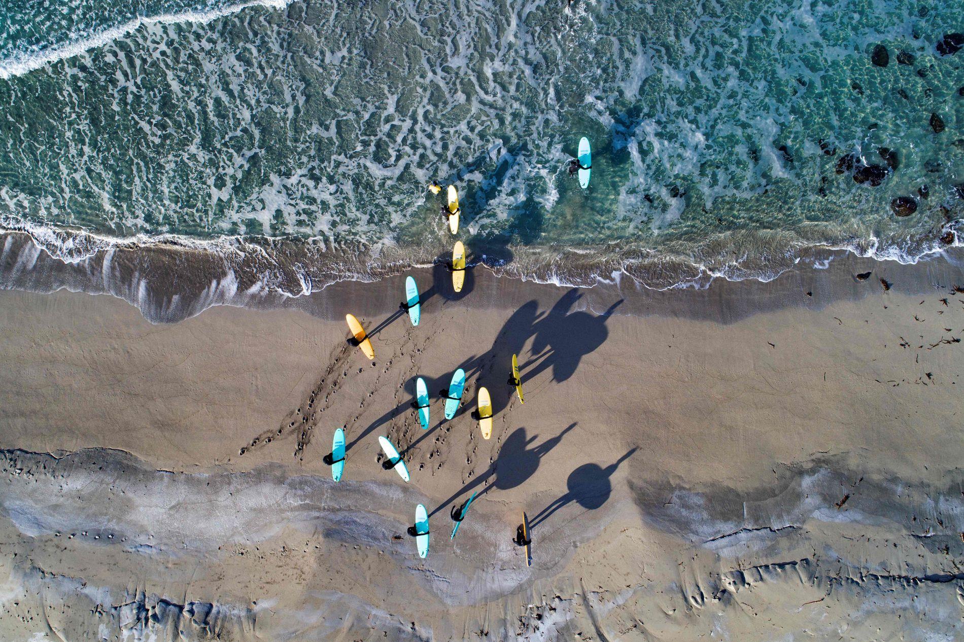 PÅSKESURFING: Surferne gjør seg klare til surfing.