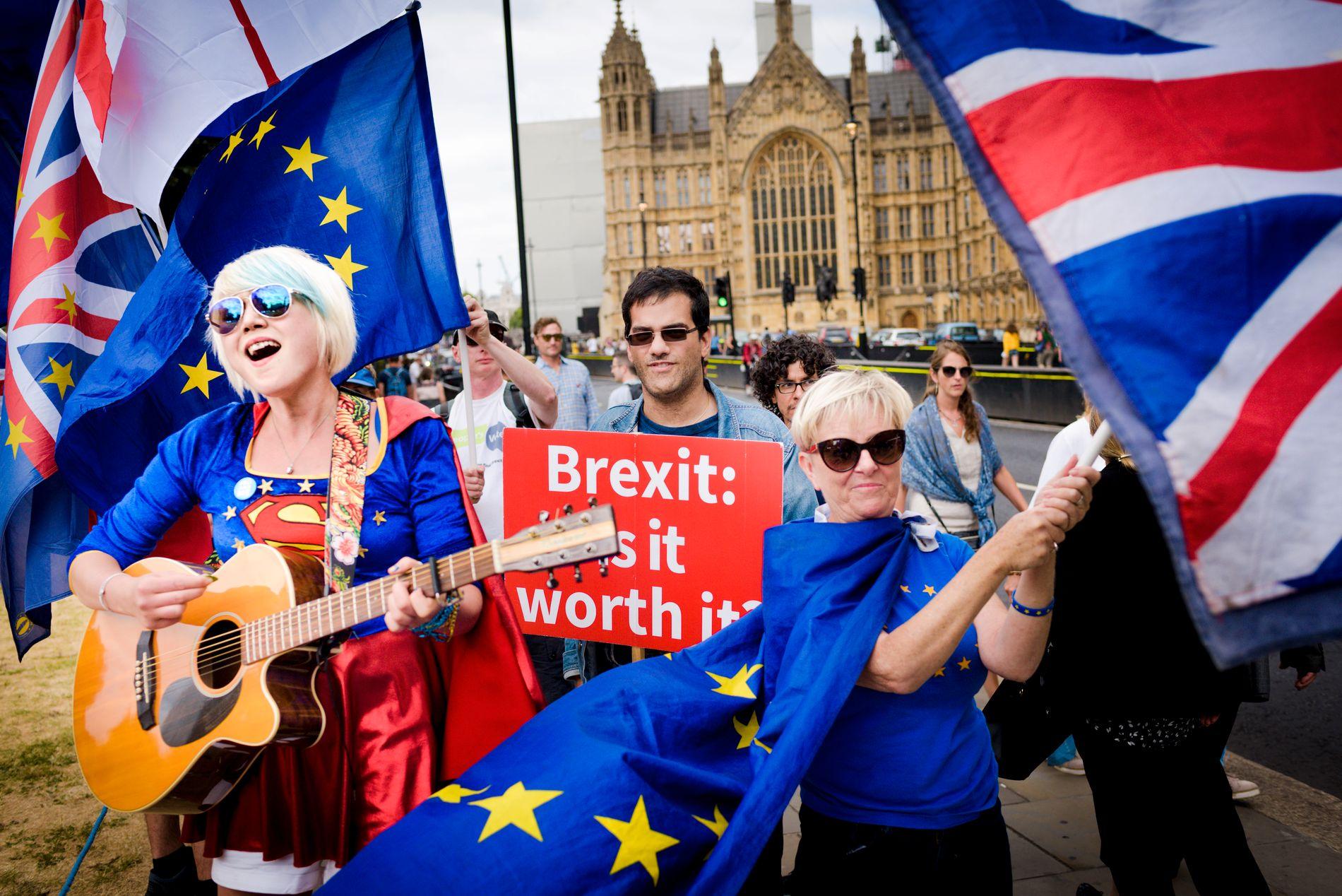 SYNGER UT MOT BREXIT: «Theresa May, you ain't got no plan». Artisten Madelina Kay synger ut mot Brexit med Westminster i bakgrunnen. Selim Alpuvan og Anne Juliff (t.h) frykter nå konsekvensene av et potensielt fullt brudd med EU.