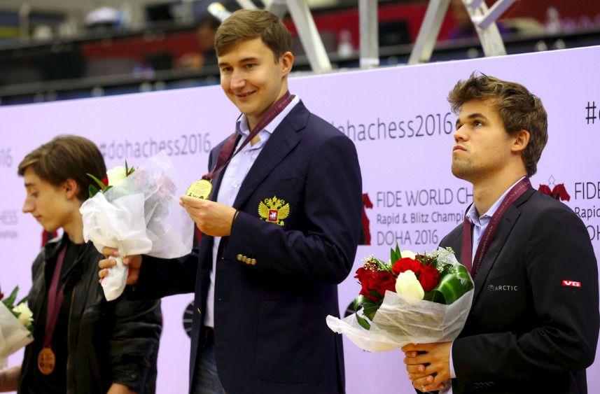 REVANSJ: Sergej Karjakin fikk en liten revansj for New York -tapet ved å vinne lynsjakk-VM. Russeren smiler fornøyd, det gjør ikke Magnus Carlsen.
