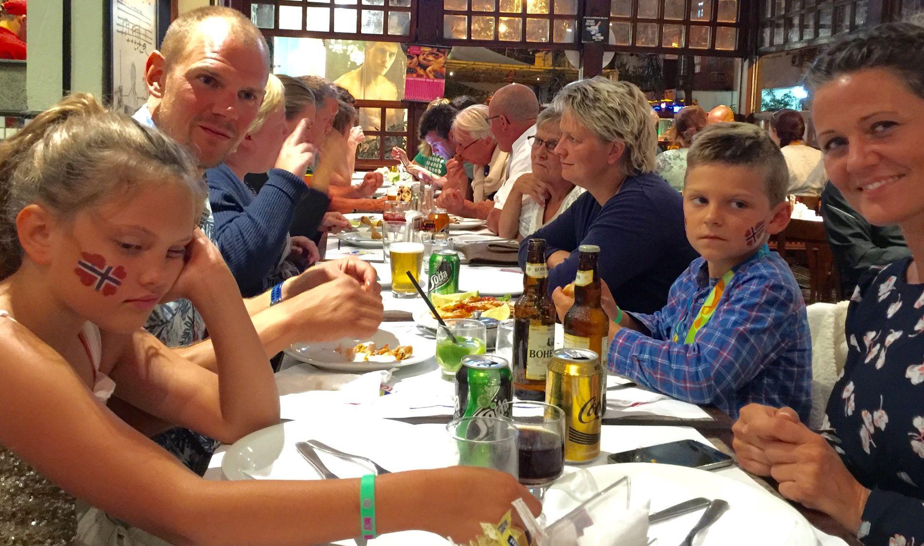 SLITNE ETTER STOR DAG: Olaf Tufte og kona Aina sammen med barna Mie og Herman rett før de tok turen hjem i seng etter et beginivenhetsrik dag. - Høydepunktet var å være med pappa på seierspallen, sa begge barna til VG.