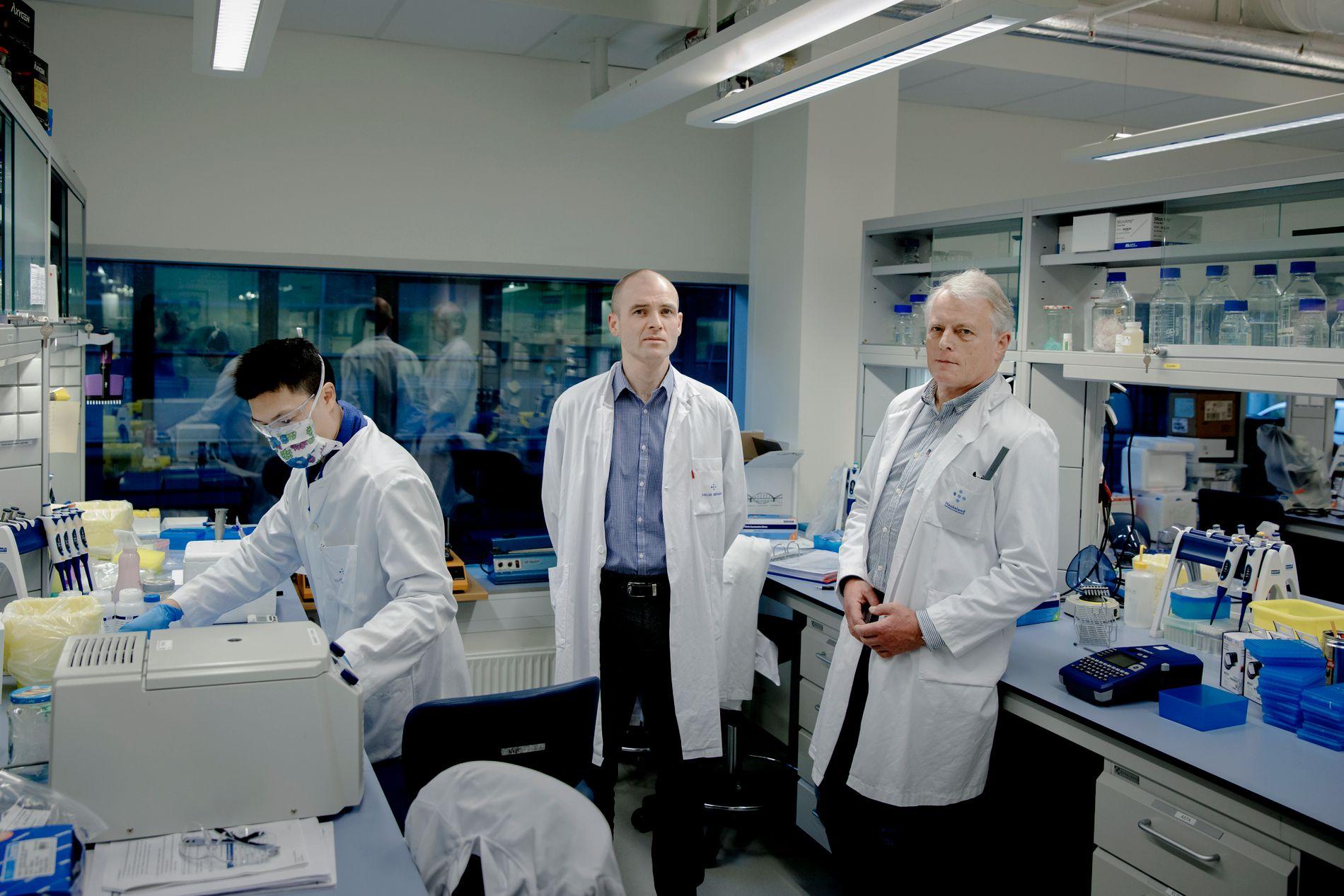 SPENNENDE FUNN: Resultatet av norsk kreftforskning publiseres i et av USAs mest anerkjente medisinske tidsskrifter denne uken. Stian Knappskog (til venstre) og Per Eystein Lønning er pådriverne bak den nye studien. Her er de på forskningslaboratoriet på Haukeland.
