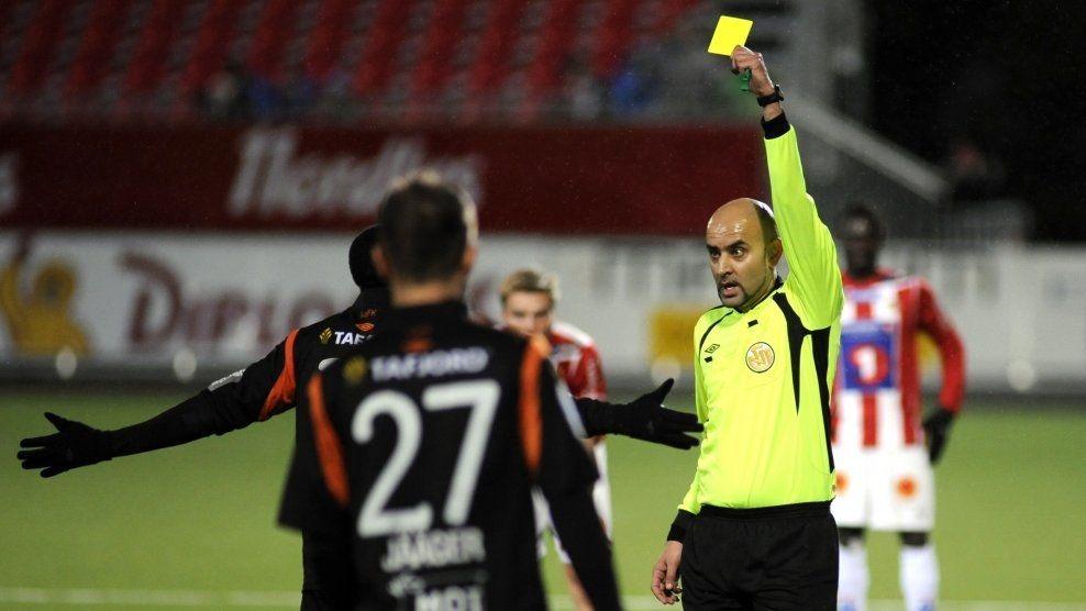 DOMMEREN: Omar Rafiq har dømt sporadisk i Tippeligaen tidligere. Fra i år dømmer han mer regelmessig. Her gir han gult kort til Aalesund Tramaine Stewart i 2012. Foto: Rune Stoltz Bertinussen, NTB Scanpix
