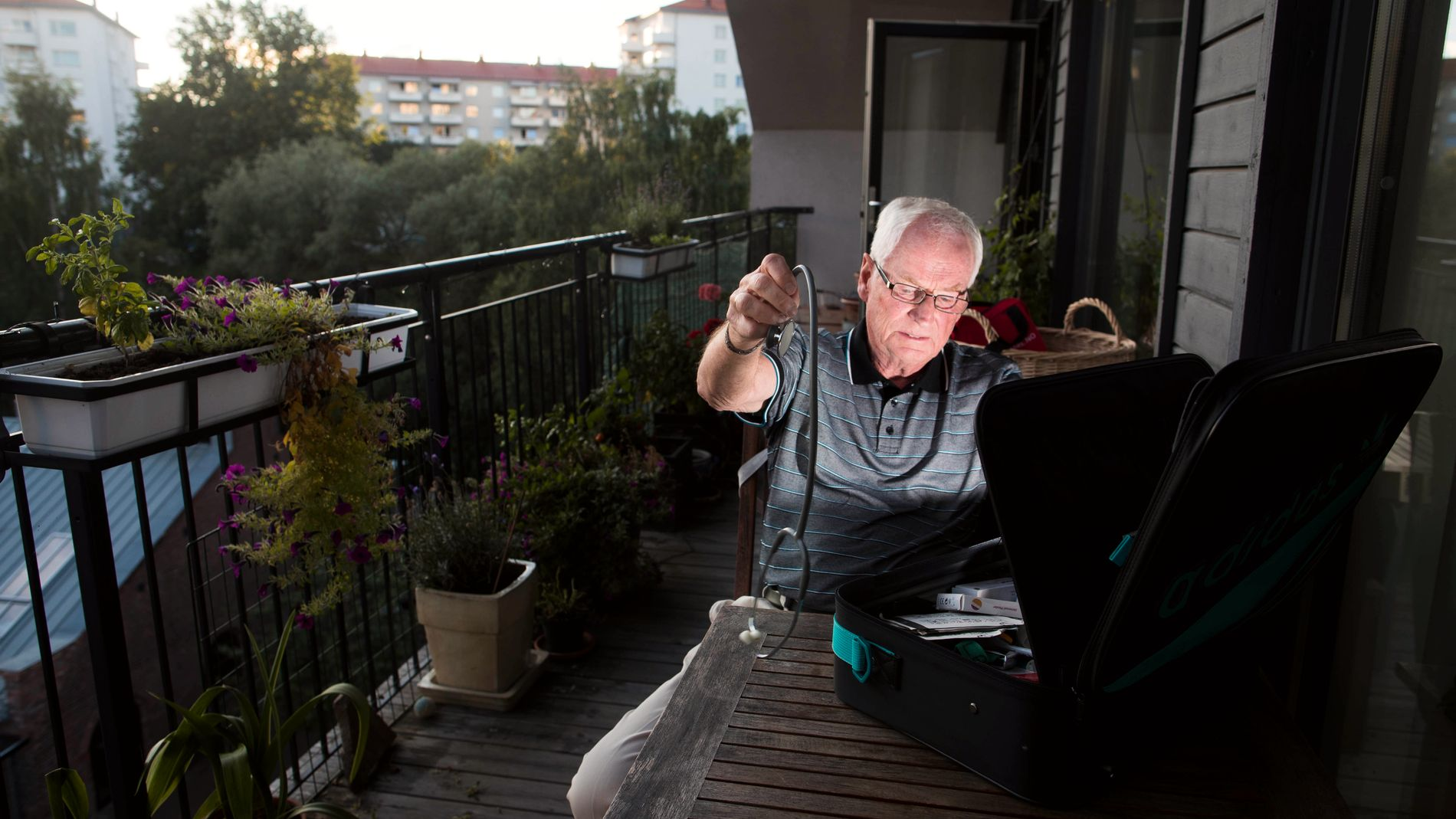 TIDLIGERE LANDSLAGSLEGE: Thor-Øistein Endsjø var med å innføre astmamedisin til norske friske utøvere under OL i Los Angeles i 1984. Her hjemme på Sagene. Han tar enda enkelte oppdrag som lege i idrettssammenheng.