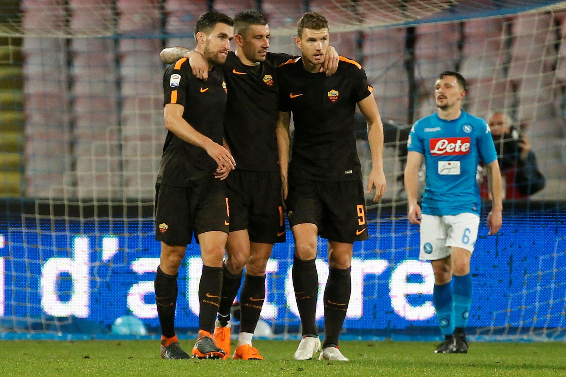 TOPPSCORER: Edin Dzeko (t.h.) scoret to mål da serieleder Napoli ble slått 4-2 borte forrige runde. Han er Romas toppscorer med 13 ligamål. Her feirer han med Aleksandar Kolarov (midten) og Kevin Strootman (t.v.).