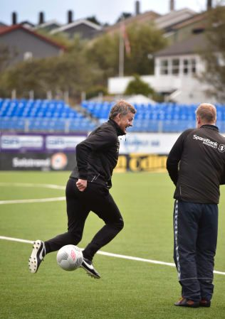SPRUDLET: Ole Gunnar Solskjær har ikke glemt gamle kunster, men ville ikke snakke med VG etter fredagens KBK-trening.