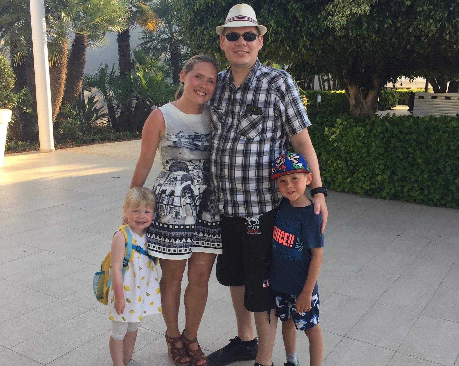 FERIE: I fjor ble sommerferien tilbrakt på rehabilitering – i år dro hele familien til Kypros. Familien Knudsen består av Stine og Kristian, og de to barna Olivia (3) og Audun (6).