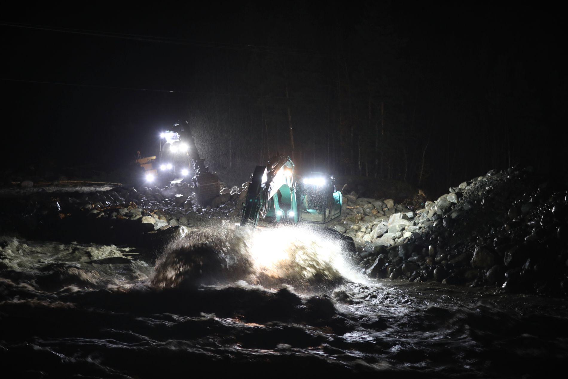 STRAKSTILTAK: To gravemaskiner jobbet gjennom natten med å grave ut løsmasser fra elva for å gi vei for vannmassene i Skjåk i Oppland.