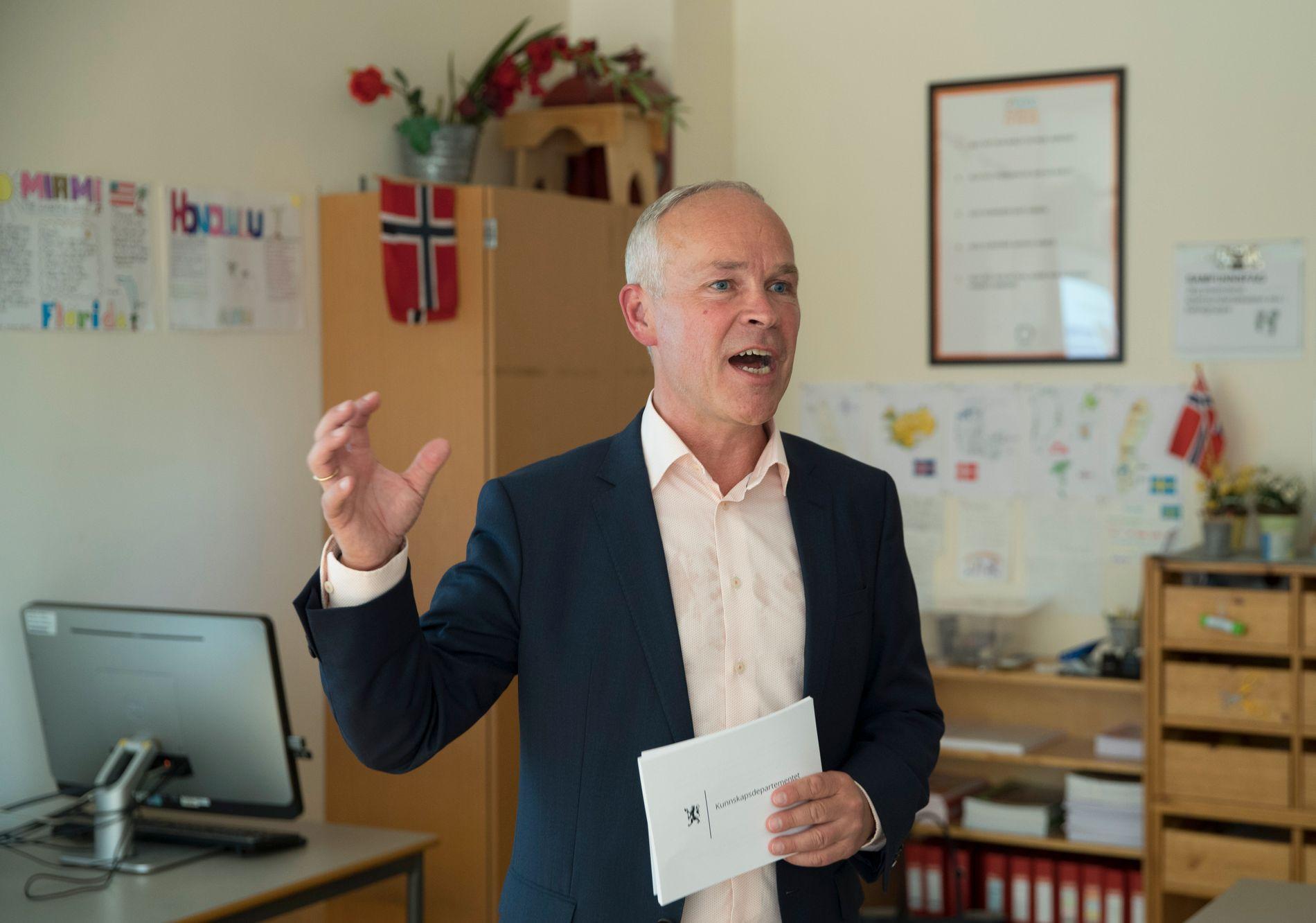 EKSTRAORDINÆRE TILFELLER: Kunnskaps- og integreringsminister Jan Tore Sanner (H) sier at pålagt skolebytte skal kun være et tiltak i ekstraordinære tilfeller der andre tiltak ikke har vært nok.