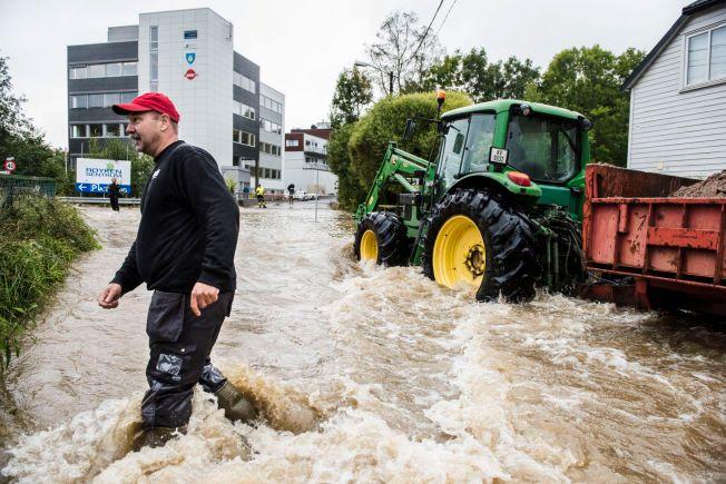 TIDENES NEDBØRMÅNED: Per Olav Bakken har fått huset sitt oversvømt av flommen. Flom i Røyken Sentrum 2. september. FOTO: KLAUDIA LECH, VG