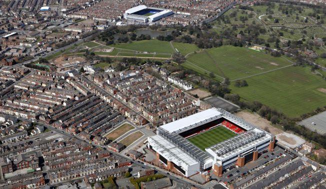 NABOER: Det er ikke mange meterne som skiller Liverpools hjemmebane Anfield (nede) og Evertons hjemmebane Goodison Park.