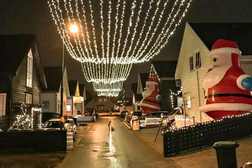 JULEGATEN: Naboer i Nyvollsvingen pynter ekstra mye til jul i år.