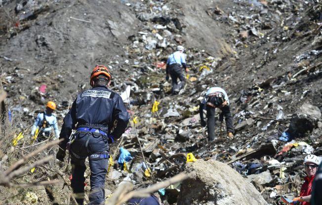 KNUST: Redningsmannskaper fant bare smådeler av det styrtede Germanwingsflyet.