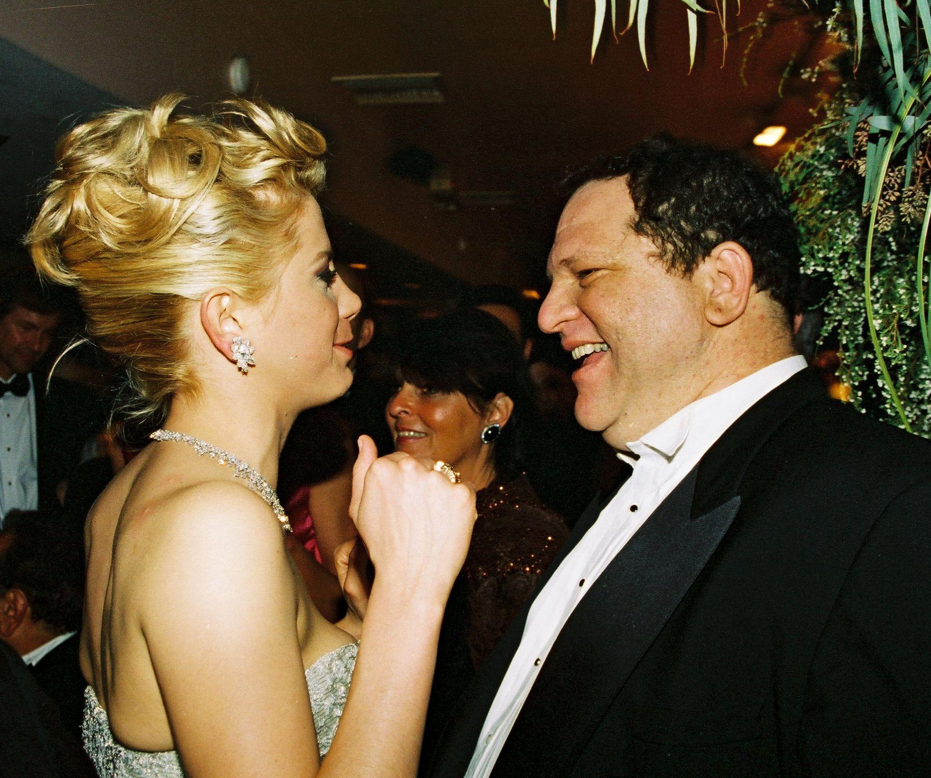 SKJEBNEMØTE: Mira Sorvino og Harvey Weinstein sammen på produksjonsselskapet Miramax Oscar-fest på Hollywood Spago 25. mars 1996 – fem måneder etter at filmmogulen angivelig skal ha trakassert henne på et hotellrom i Toronto. Foto: BERLINER STUDIO / BEIMAGES