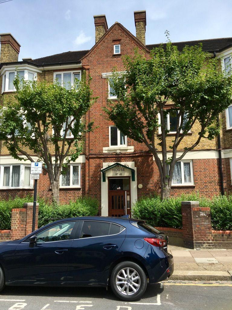 ROLIG: Dette er huset der den mistenkte 19-åringen bodde sammen med familien. Huset ligger i en rolig gate sørvest i London.