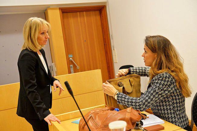 I RETTEN: Politiadvokat Hilde Strand (t.v.) og forsvarer Marijana Lozic i samtale før fengslingsmøtet i Oslo tingrett.