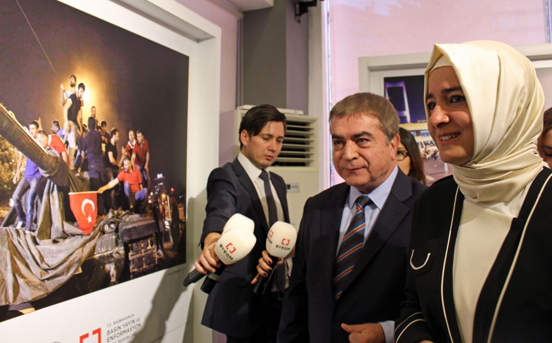 MINNES KUPPNATTEN: Fatma Betül Sayan Kaya og Mehmet Akarca i det tyrkiske pressedirektoratet, ser på en utstilling til minne om kuppforsøket i fjor.