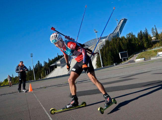 FIKK GODE SVAR: Skiskytter Ole Einar Bjørndalen passerer målstreken under et testrenn i Holmenkollen i dag. I bakgrunnen har Per Arne Botnan kontroll på tiden.