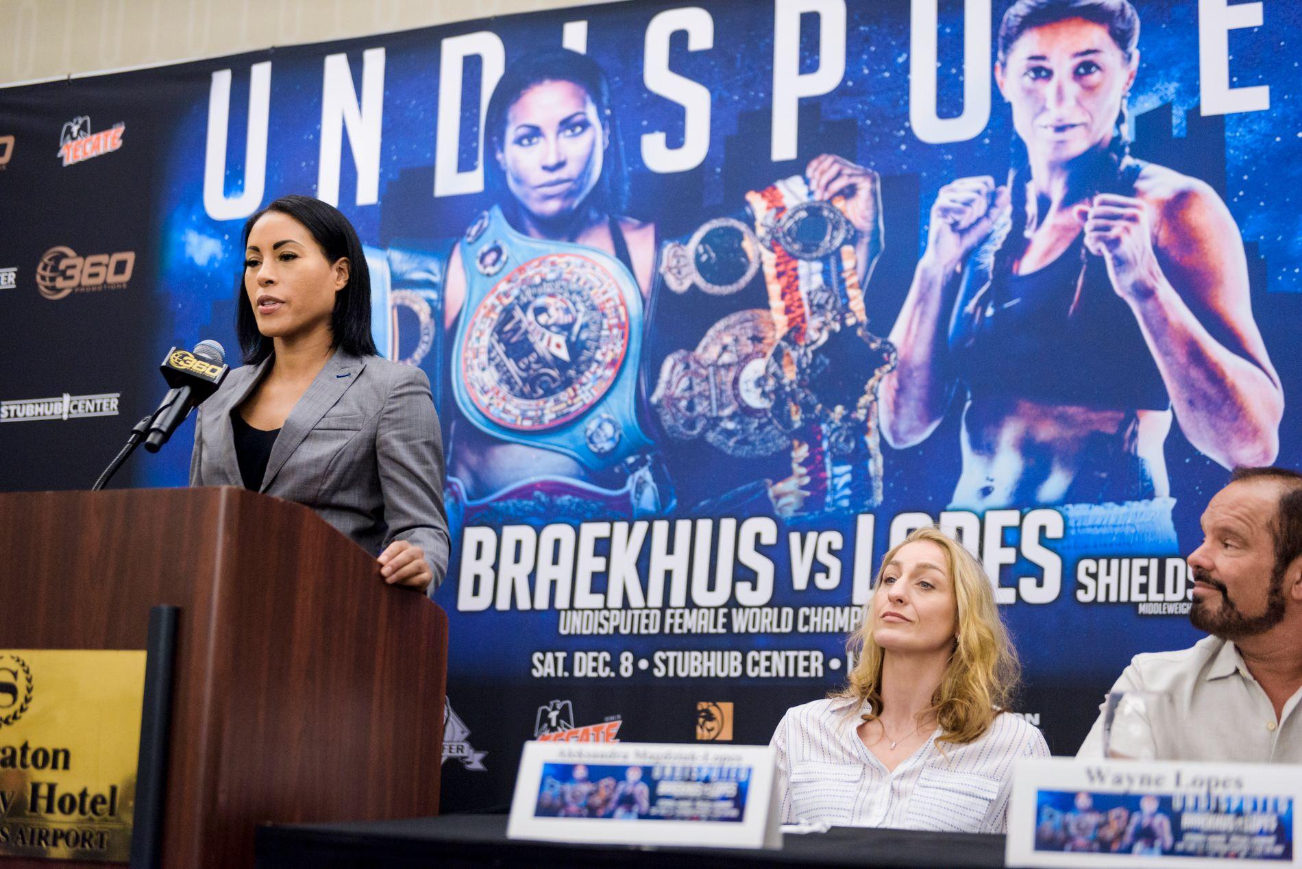 HOVEDPERSONEN: Cecilia Brækhus sier noen ord fra podiet på den siste pressekonferansen før helgens stevne i Los Angeles. Til høyre sitter motstander Aleksandra Magdziak Lopes.