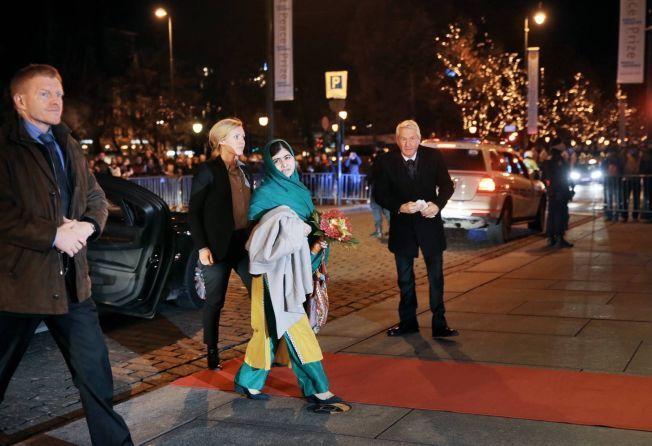FREDPRISVINNER TIL NORGE: Historiens yngste fredsprisvinner Malala Yousafzai landet mandag kveld på GA-terminalen på Oslo lufthavn.