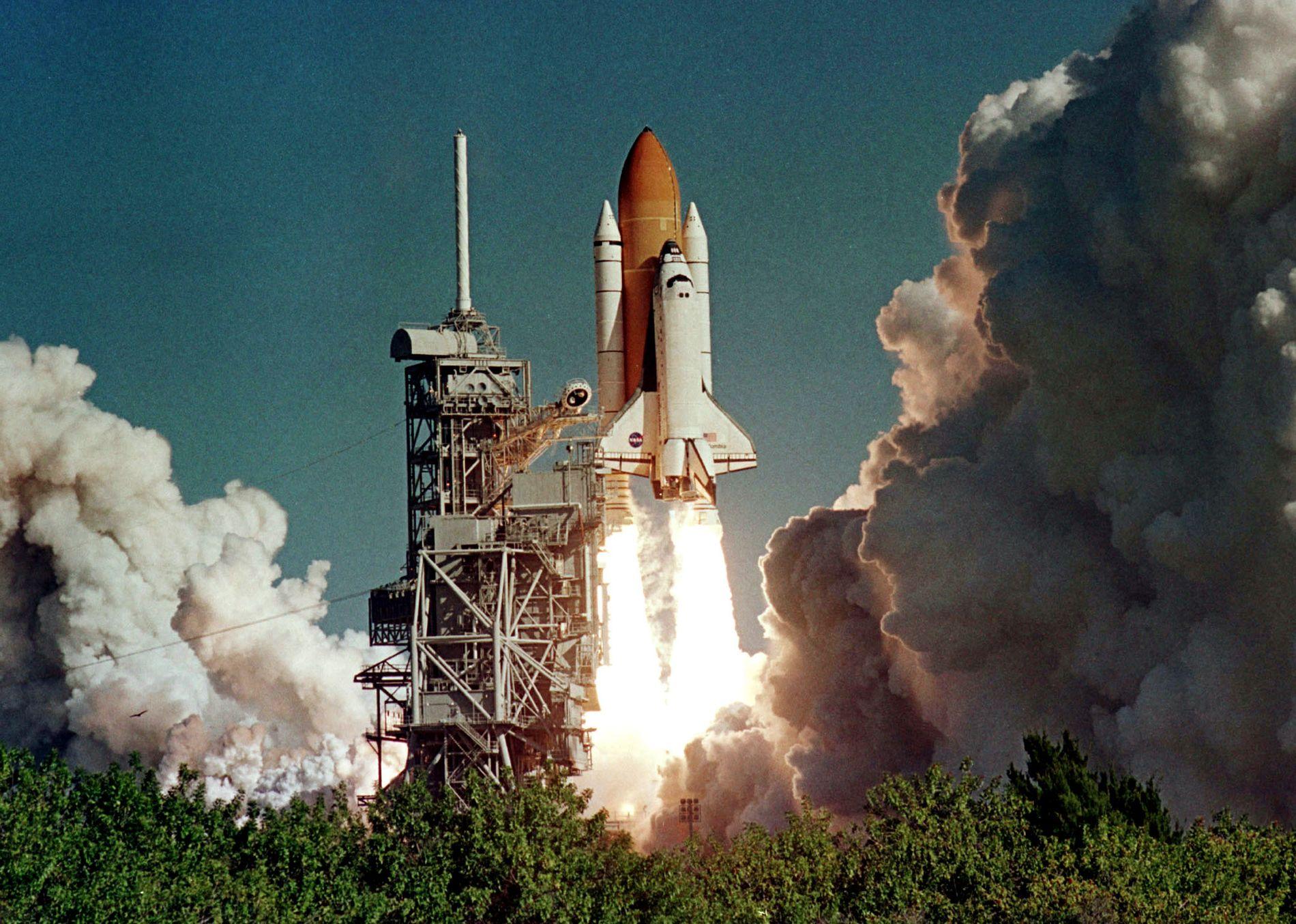 KATASTROFE: I 2003 eksploderte romfergen «Colombia» før den rakk å lande på jorden, etter et 16 dagers langt oppdrag i verdensrommet. Syv astronauter mistet livet i den fatale ulykken. Foto: KARL RONSTROM, REUTERS
