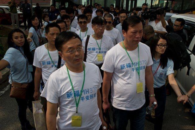 «BE FOR MH370»: Flere etterlatte ankom søndag Kuala Lumpur, her er noen av dem avbildet med t-skjorter med påskriften «be for MH370»