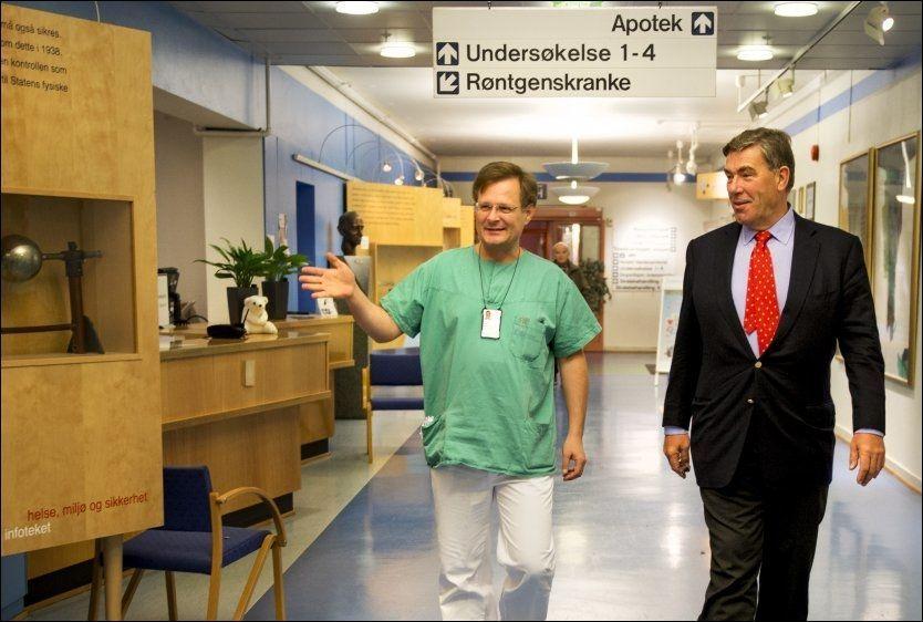 BIDRAR: Stein Erik Hagen (t.h.) gir 100 millioner til prostata-forskning, som kan ende med et privat sykehus. Her sammen med urolog Karol Axcrona. Foto: HELGE MIKALSEN