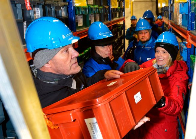 FRØBÆRERE: Landbruks- og matminister Sylvi Listhaug besøkte Svalbard globale frøhvelv søndag sammen med blant andre EU-kommisær Vytenis Povilas Andriukaitis og helseminister Bent Høie. Sammen bar de inn tre nye kasser med plantefrø fra Tsjekkia. Her sammen med Åsmund Asdal (tv), koordinator ved frøhvelvet.