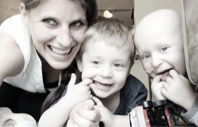 BESTEVENNER: Mamma Hilde Marie Svenningsen sammen med tvillingbrødrene Oliver og Tobias i fjor sommer.