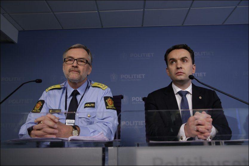 GRØNLAND: Politimester Hans Sverre Sjøvold (t.v) og byrådsleder Stian berger Røsland (H) under pressekonferansen onsdag. Foto: NTB SCANPIX