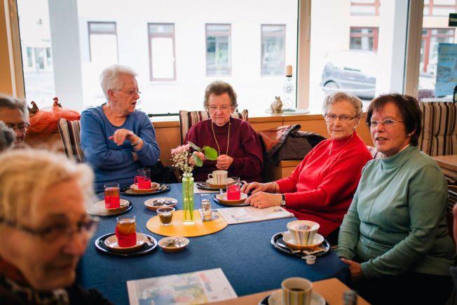 SAMTALETEMA: På kafeen «Kaffevogl» i Montabaur sitter en gruppe eldre og diskuterer Germanwings-styrten. – Jeg synes veldig synd på hans mor, sier kvinnen til venstre.