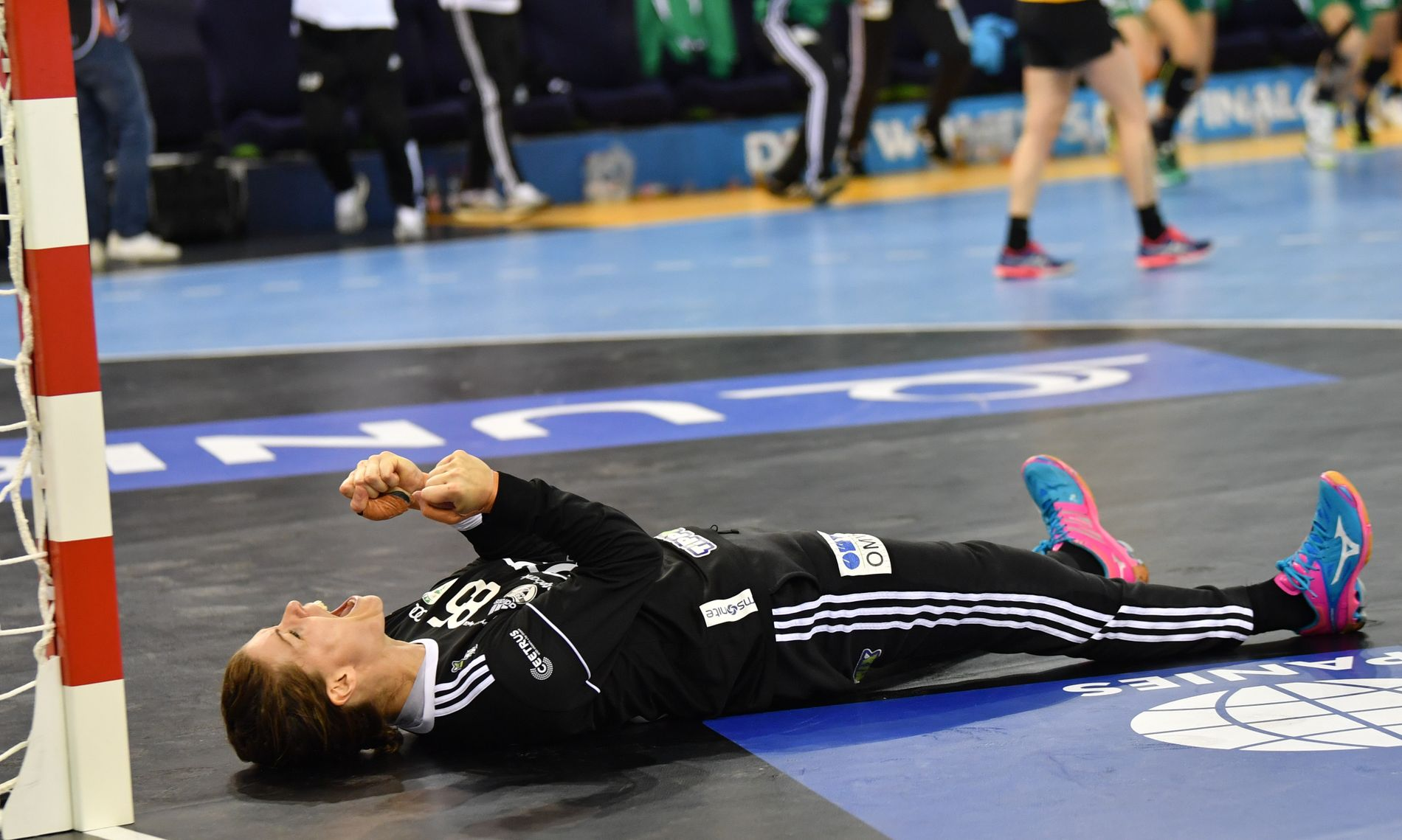MATCHVINNER: Kari Aalvik Grimsbø jublet liggende over redningen som sikret tittelen i Champions League.