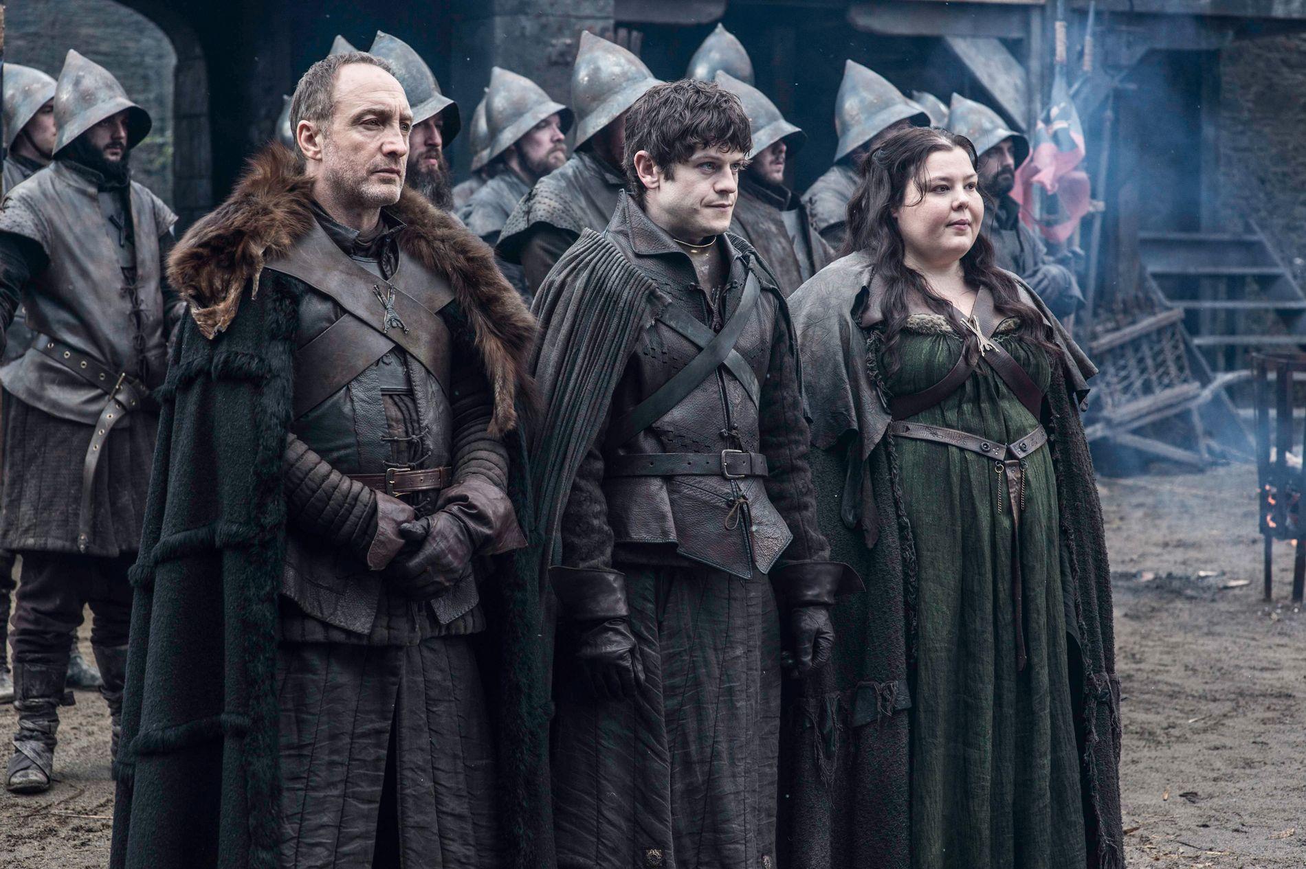 SKREKK-TRIO: Roose Bolton (Michael McElhatton), sønnen Ramsay Bolton (Iwan Rheon) og Rooses kone Walda Bolton (Elizabeth Webster) på Winterfell. Foto: , BHO