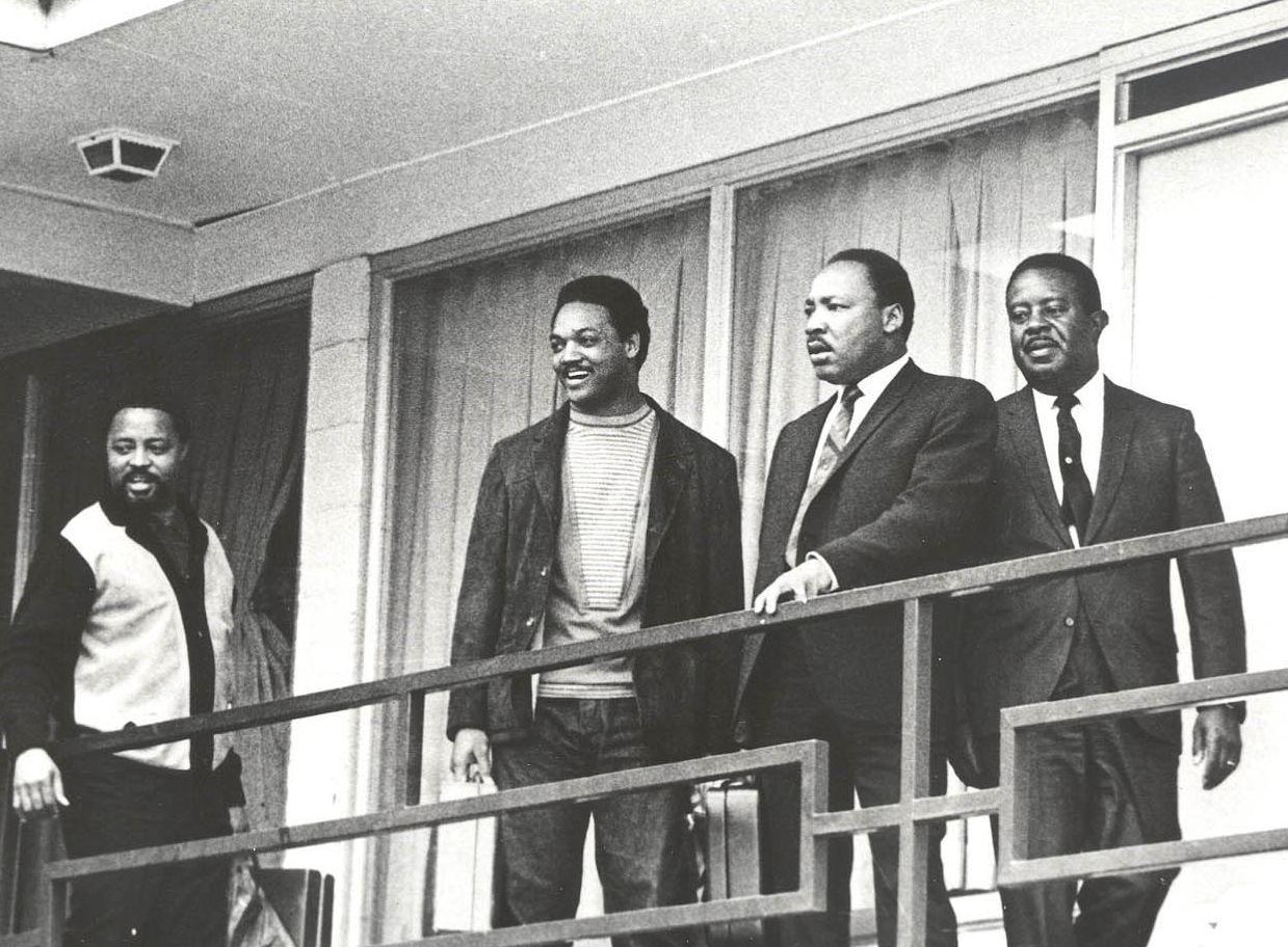 SAMARBEIDET: Jesse Jackson sto ved Martin Luther Kings side da han ble skutt og drept 4. april 1968, på balkongen til Lorraine Motel i Memphis. Her er de to (i midten) avbildet sammen med rådgiverne Hosea Williams (helt til venstre) og Ralph Abernathy (helt til høyre) den 3. april, dagen i forveien, på det samme motellet. Foto: AP Photo/NTB Scanpix