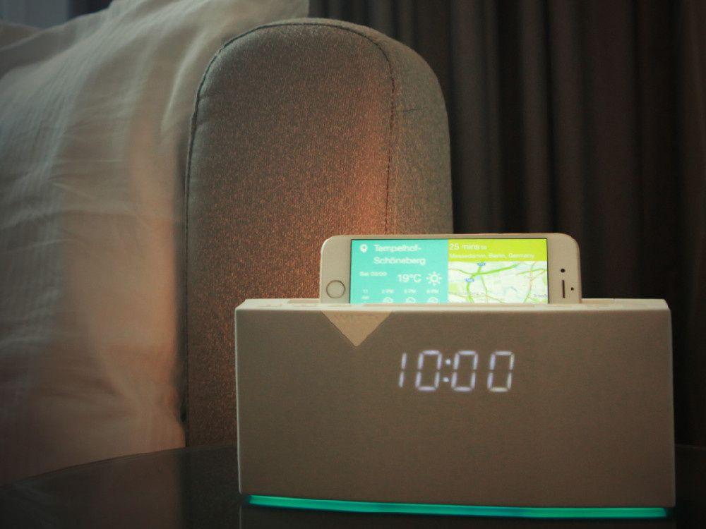 SMART MED SMART HJEM: Hvorfor skal radiatoren kjøre for fullt mens du lufter ut? Og hva med lyset, husket du å slukke det før du gikk hjemmefra? Med sensorer på dører og vinduer vet termostaten på radiatoren om det er grunn til å fyre for kråkene, og kan slå på og av etter behov. Det er smart! Foto: PRODUSENTEN