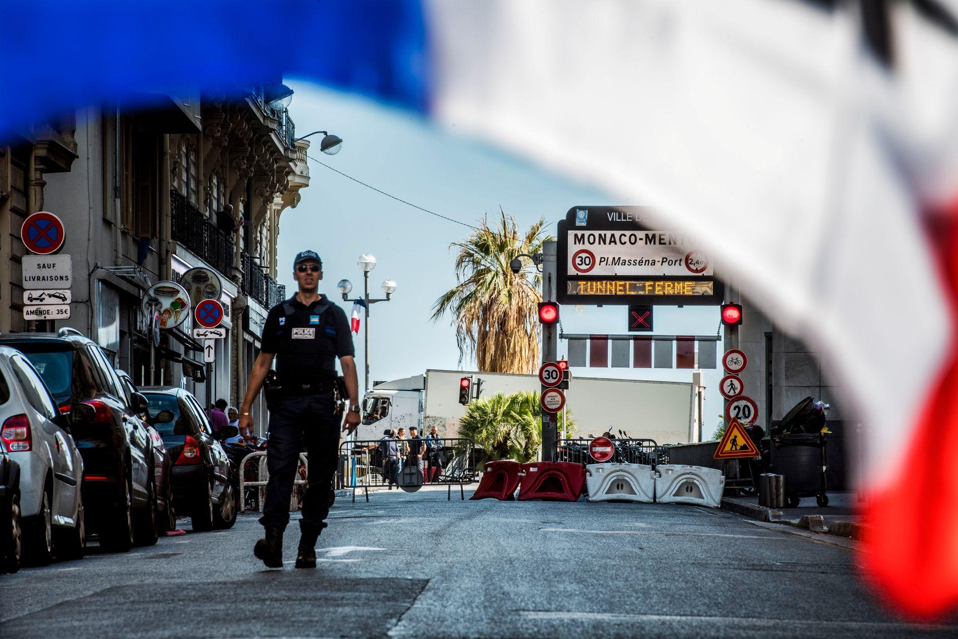 POST-TERROR: Dagen etter lastebilangrepet i Nice torsdag, var gatene preget av politistyrker og franske flagg.