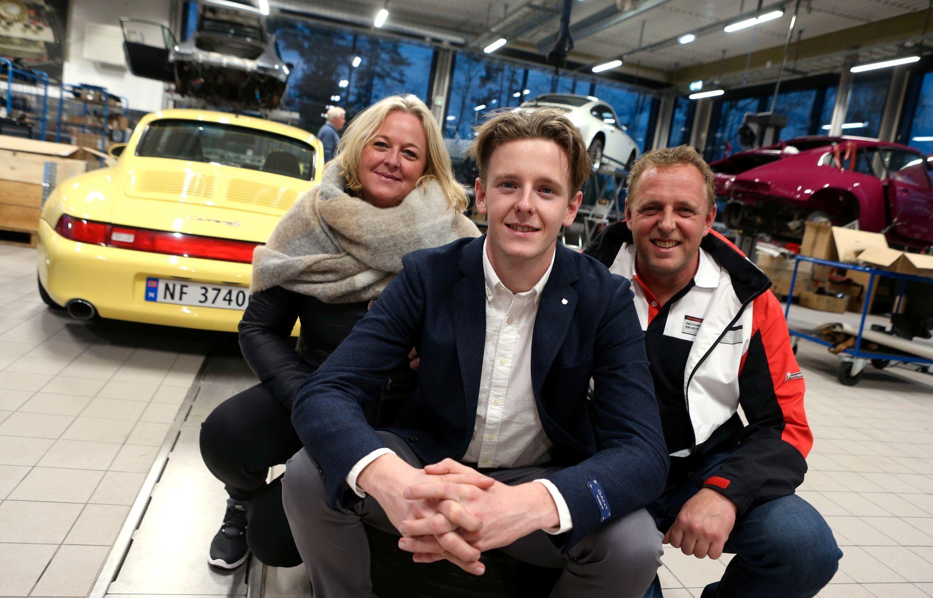 GOD STØTTE: Dennis Olsen med mamma Elisabeth og pappa Roy Espen. Og bak er det selvfølgelig mange Porscher ...