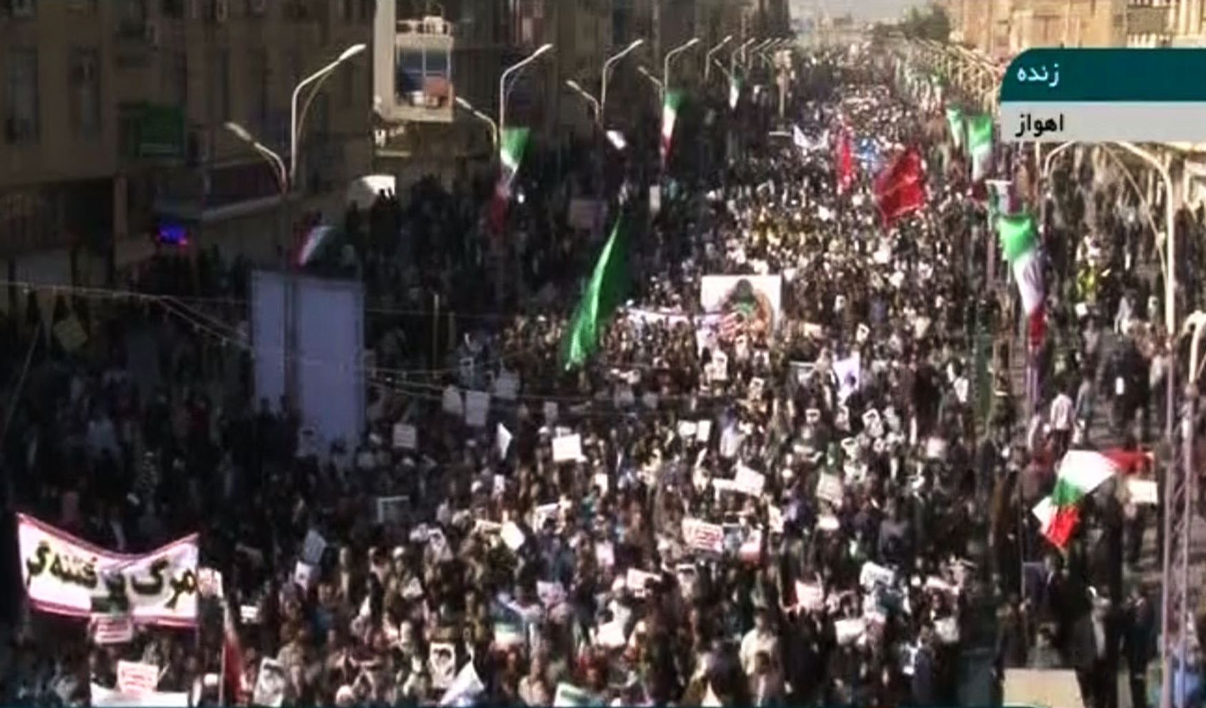 STØTTER REGJERINGEN: Dette skjermbildet tatt fra en sending på den statlige kanalen IRINN viser gater som fylles av mennesker som markerer støtte til regimet i Iran.